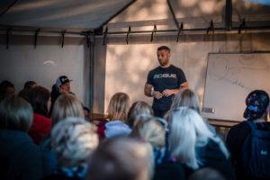 Mikko Salo kertoi CrossFit-urheilijan treenistä valtavalle yleisölle. Kuva: Eino Ansio