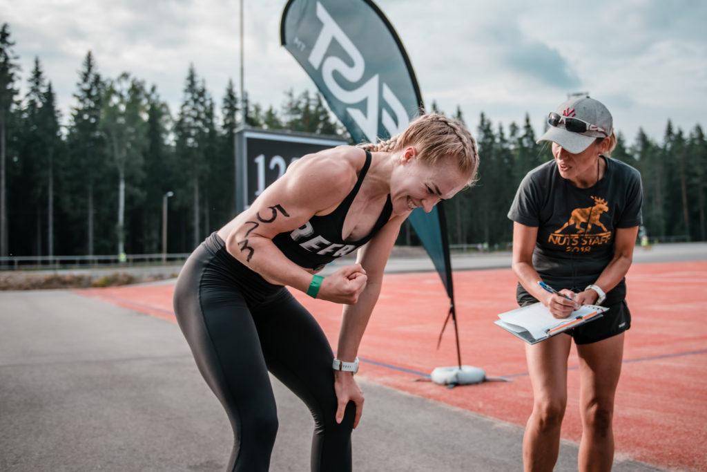 Laura Hämäläinen tuuletteli onnellisena yli minuutin marginaalilla seuraaviin. Kuva: Eino Ansio / Karjalan Kovin